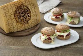Burger di riso e barbabietola con salsa di Grana Padano