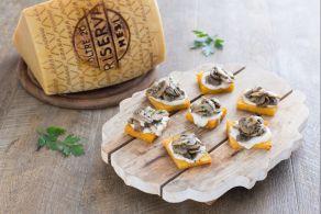 Crostini di polenta con funghi e fonduta di Grana Padano