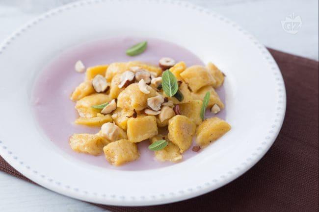 Gnocchi di zucca su crema di patate viola