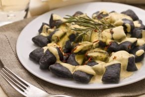 Gnocchetti al nero di seppia con salsa di spigola e zafferano