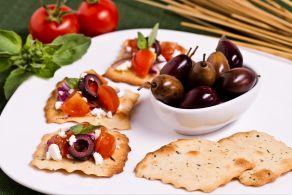Sfoglie alle olive con pomodoro e briciole di feta