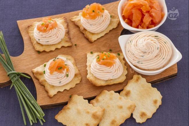 Ricetta sfoglie classiche con quark e salmone la ricetta di giallozafferano - Food network ricette a tavola con guy ...