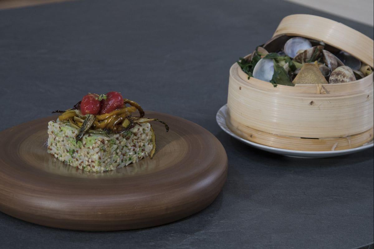 Cereali e quinoa con verdure e vongole