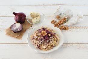 Spaghetti con cipolle rosse, noci e gorgonzola
