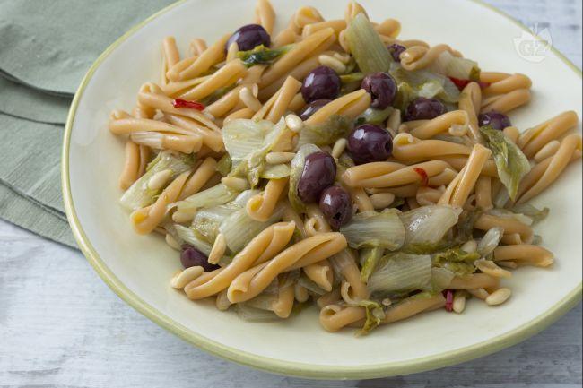 Pasta di legumi con scarole e olive
