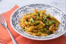 Pasta di legumi con crema di carote e broccoli saltati