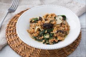 Chicchi di farina di legumi con funghi e spinaci