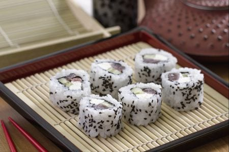 luramaki rispetto agli altri sushi fatti ad involtino prevede che lalga nori si trovi al centro per contenere i diversi ingredineti mentre il