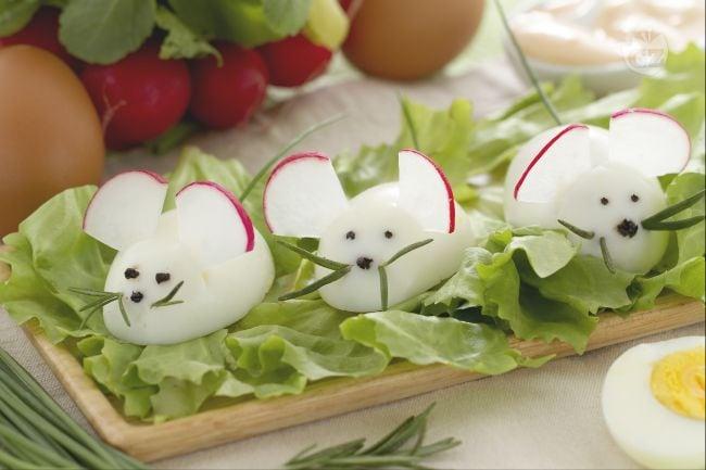 Ricetta topolini di uova la ricetta di giallozafferano - Decorazioni uova pasquali per bambini ...