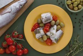 Merluzzo al vapore con olive verdi e pomodorini