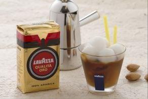 Caffè freddo in ghiaccio di mandorla