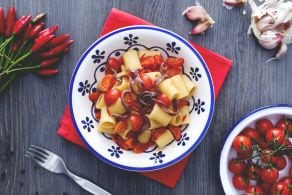 Ricetta Mezze maniche con pomodorini e acciughe