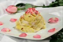 Tagliatelle ai Petali di Rosa con Pesto alla Calendula