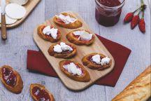 Crostini con ricotta e marmellata di peperoncini