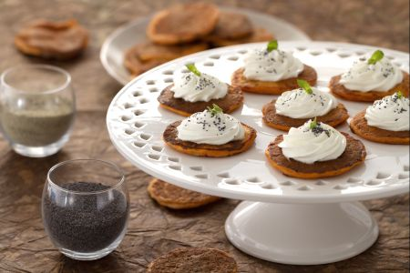 Pancakes salati al pomodoro e basilico