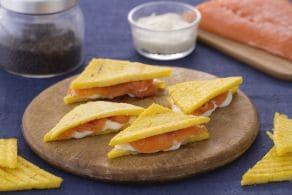 Sandwich di polenta con salmone e crescenza