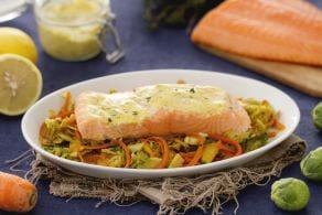Filetti di salmone su julienne di cavoletti di bruxelles, porri e carote