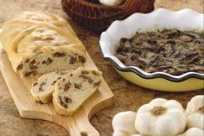 Ricetta Strudel di pane ripieno di salsiccia e teglia di funghi saporiti