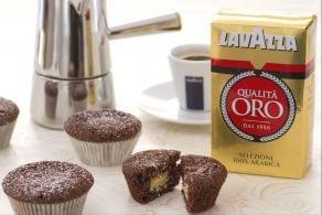 Cupcake al cioccolato e caffè con cuore bianco