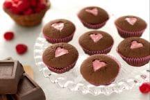 Cupcake al cioccolato e cuore rosa