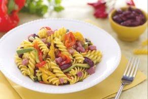 Insalata di pasta rustica e cubetti di pancetta affumicata