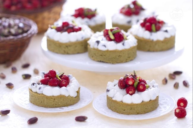 Tartellette al pistacchio, ricotta e fragoline di bosco