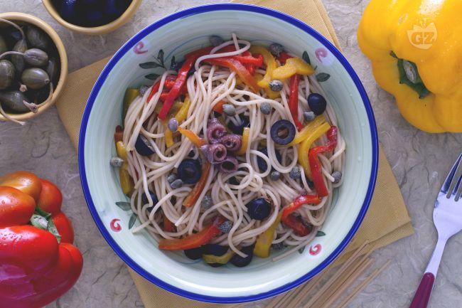 Spaghetti ai peperoni olive e capperi