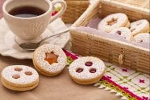 Biscotti tirolesi con confettura di fragole