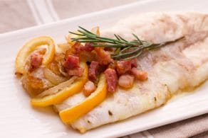 Ricetta Branzino (spigola) alla pancetta con cipolle e arance in agrodolce