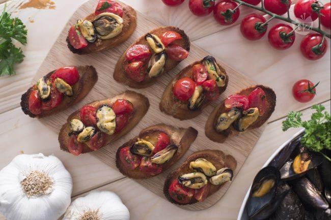 Crostini di cozze e pomodorini