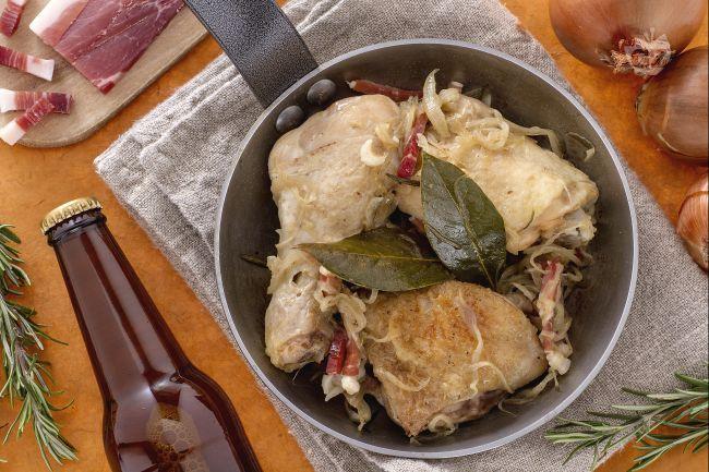 Pollo alla birra con cipolle e speck