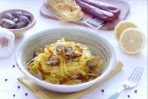 Tagliatelle con bottarga, vongole e limone