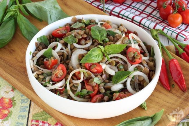 Ricetta insalata di lenticchie pomodori e cipollotti la for Insalate ricette