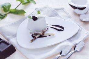 Panna cotta al cocco con salsa di cioccolato