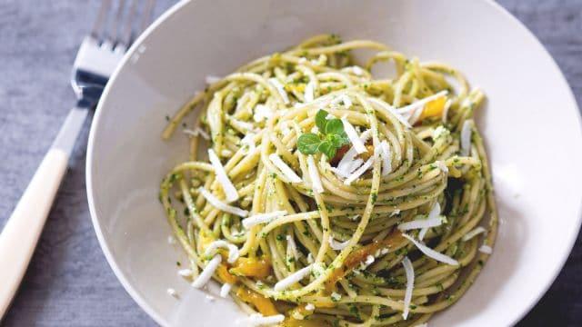 Pasta con pesto di spinacino e peperoni
