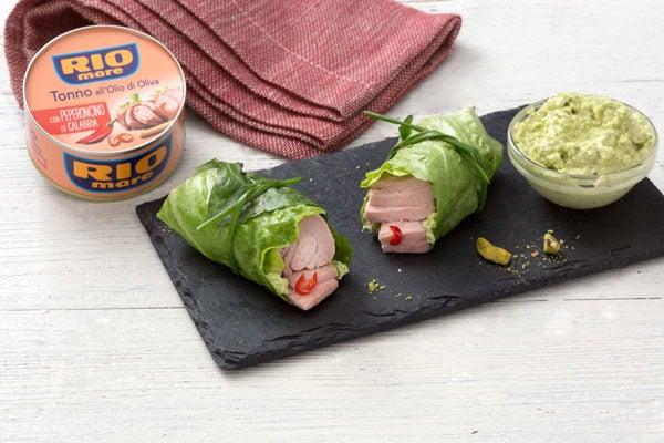 Involtini di insalata ripieni di tonno