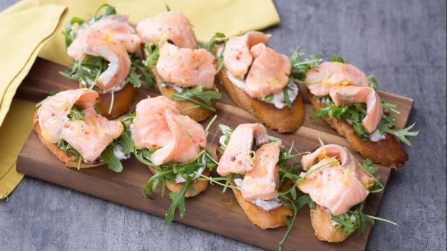 Crostino con salmone marinato