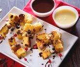 Spiedini di panettone con fonduta ai due cioccolati