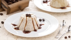 Dessert di panna e ricotta al caffè