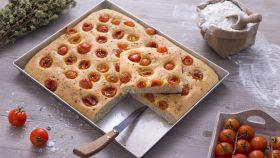 Focaccia con pomodorini e origano