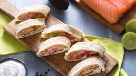 Rotolini di piadina al salmone e avocado