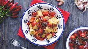 Mezze maniche con pomodorini e acciughe