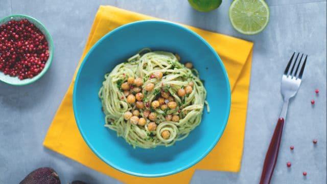 Spaghetti integrali con crema di avocado