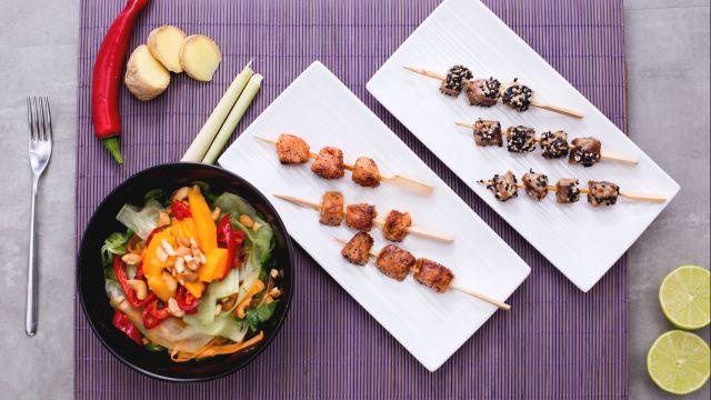 Spiedini di pesce con insalata thai