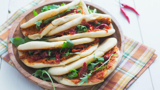 Venerdì: Pita con hummus di pomodori secchi