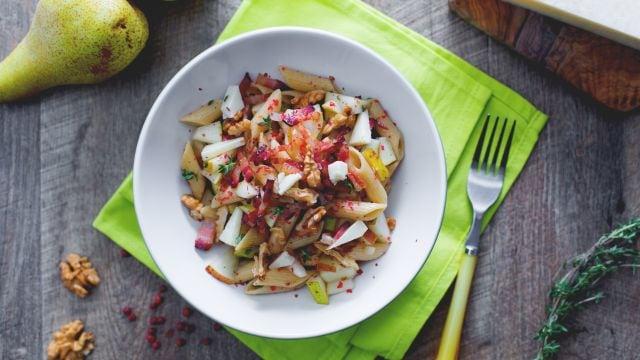 Insalata di pasta con pere, pancetta e noci