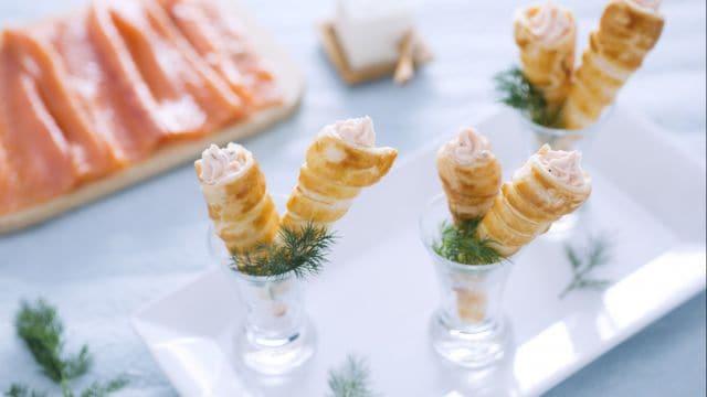 Mini cornetti di sfoglia con salmone e formaggio fresco