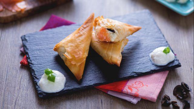 Triangolini di pasta phillo al salmone con crema di burrata